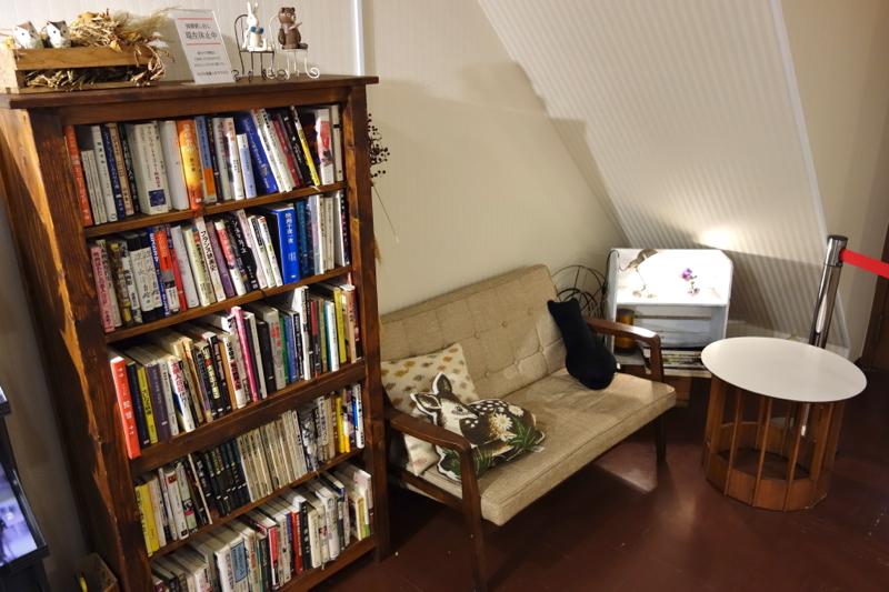 映画館らしからぬ、手作り本棚コーナーがあります。