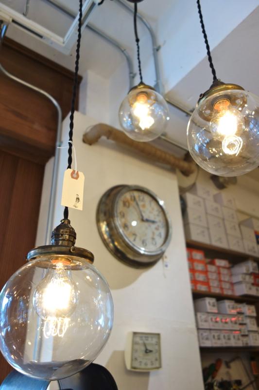 ぽわんと天井から吊られた照明が可愛らしい