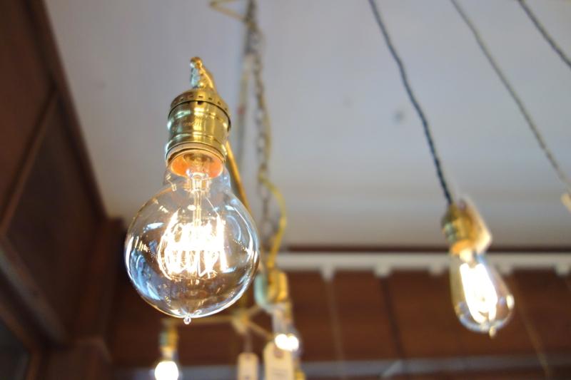 フィラメントが美しい電球照明。眺めているだけでうっとりした気分。