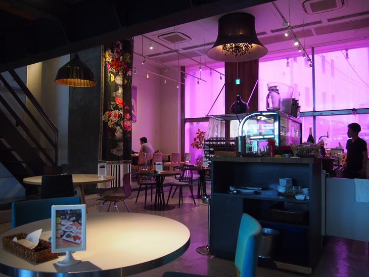 ピンクのガラスからの採光で店内はもちろんピンク!