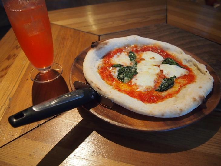 店員さんイチオシのマルゲリータピザ。