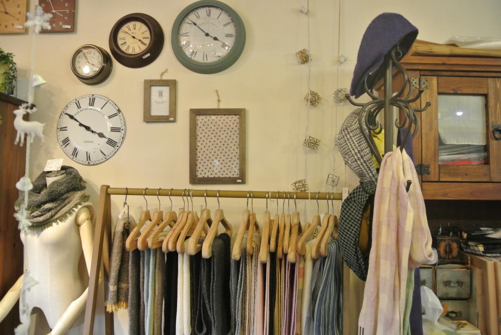店主が織った作品がずらり。優しい雰囲気のものがたくさん。