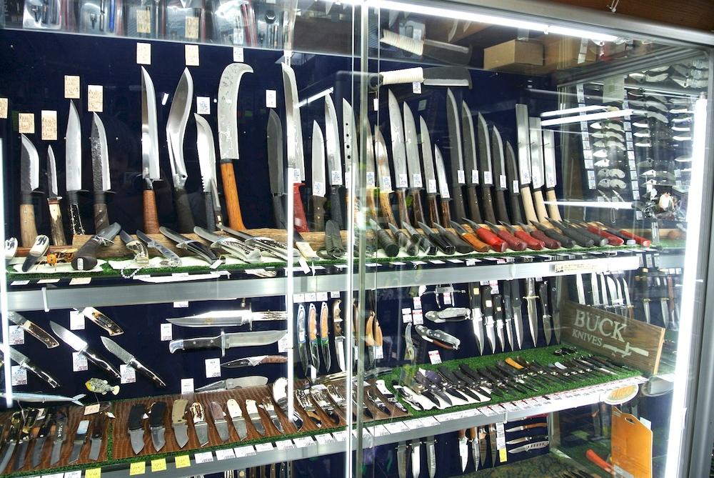 サバイバルナイフが数多く並ぶマルゴーというお店。