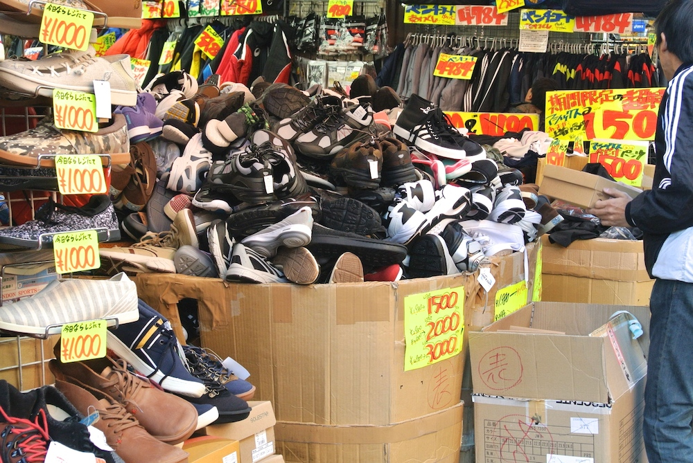 下の靴を見るには全部出さないといけませんね。