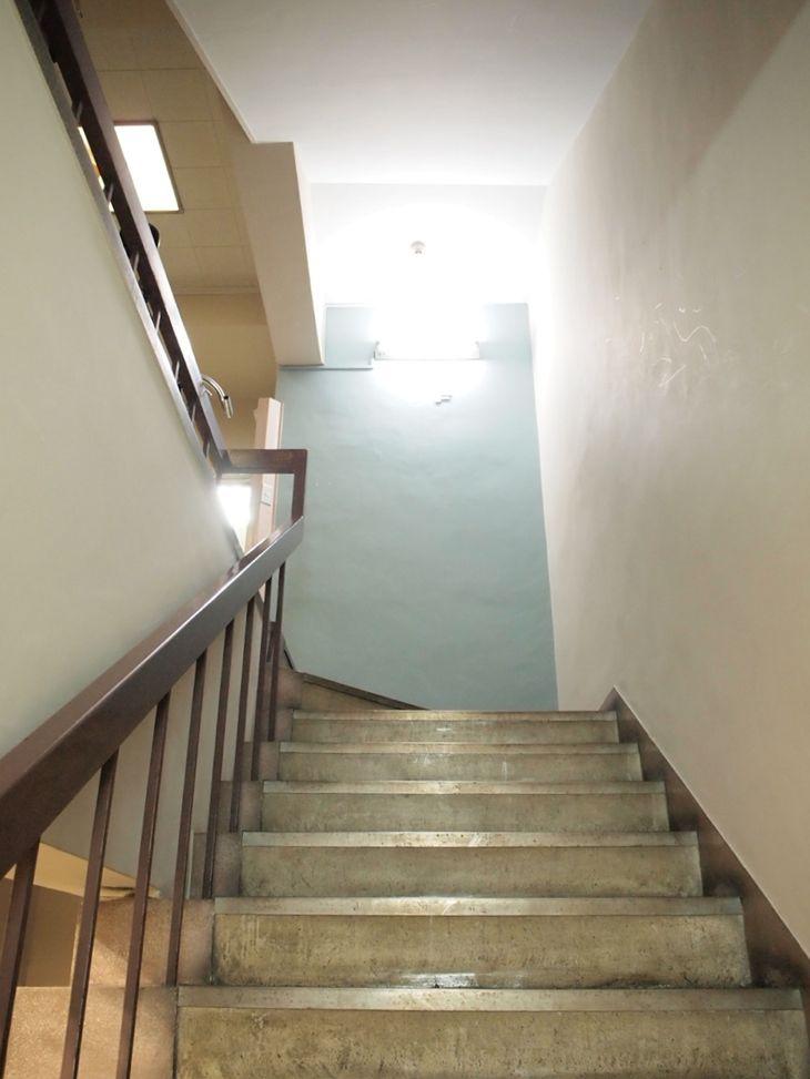 階段も、壁のペールブルーもイイ。
