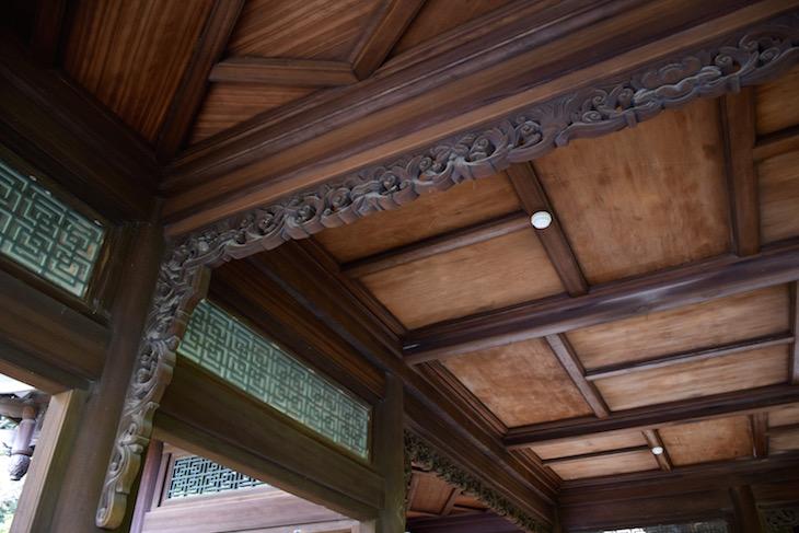 床や天井付近の装飾に注目。