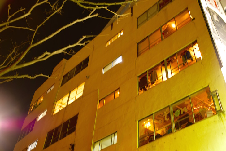 boilのビル。夜も楽しそうな灯りが見えます。