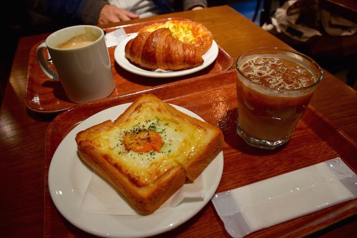 クロワッサン1個+食事パン2個+ブレンドホット+アイスラテ で、1,100円!