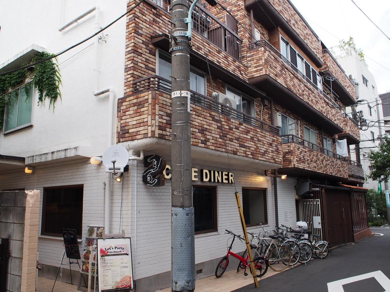 古いマンションの1階にあったcafe