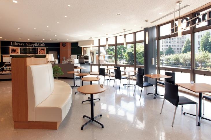 開放的なカフェ併設の図書館