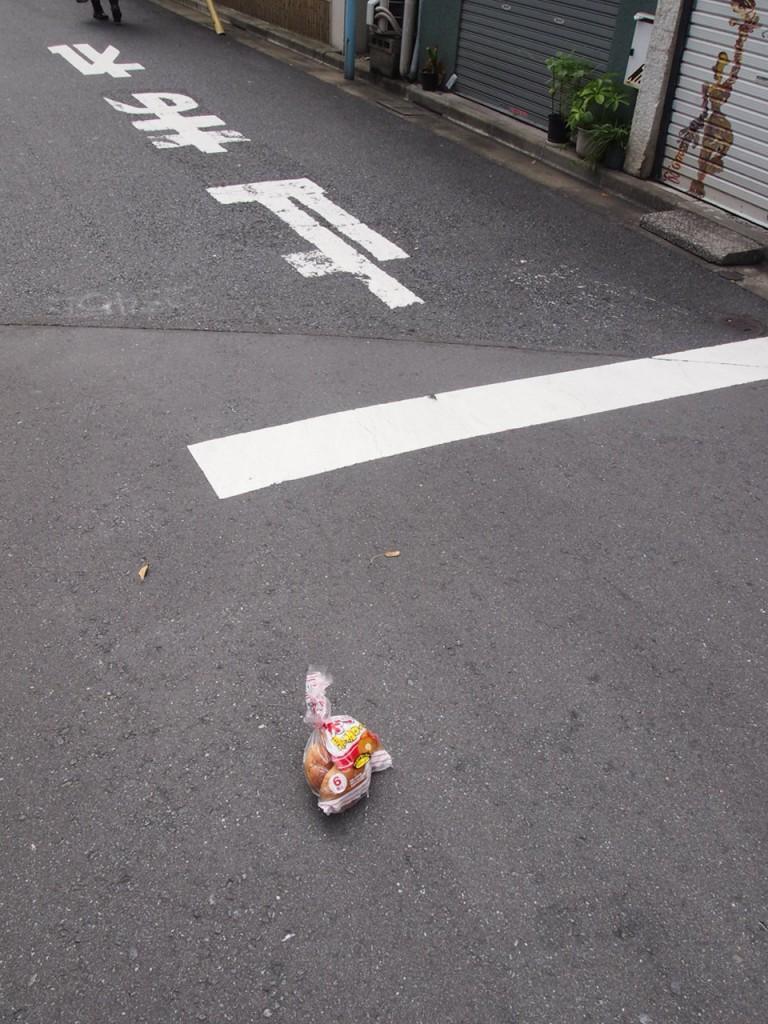 道の真ん中にロールパン。