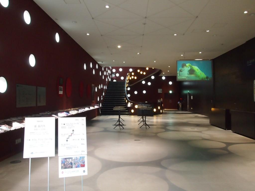 エントランスホール。右手の扉の向こうでは劇が行われてました。