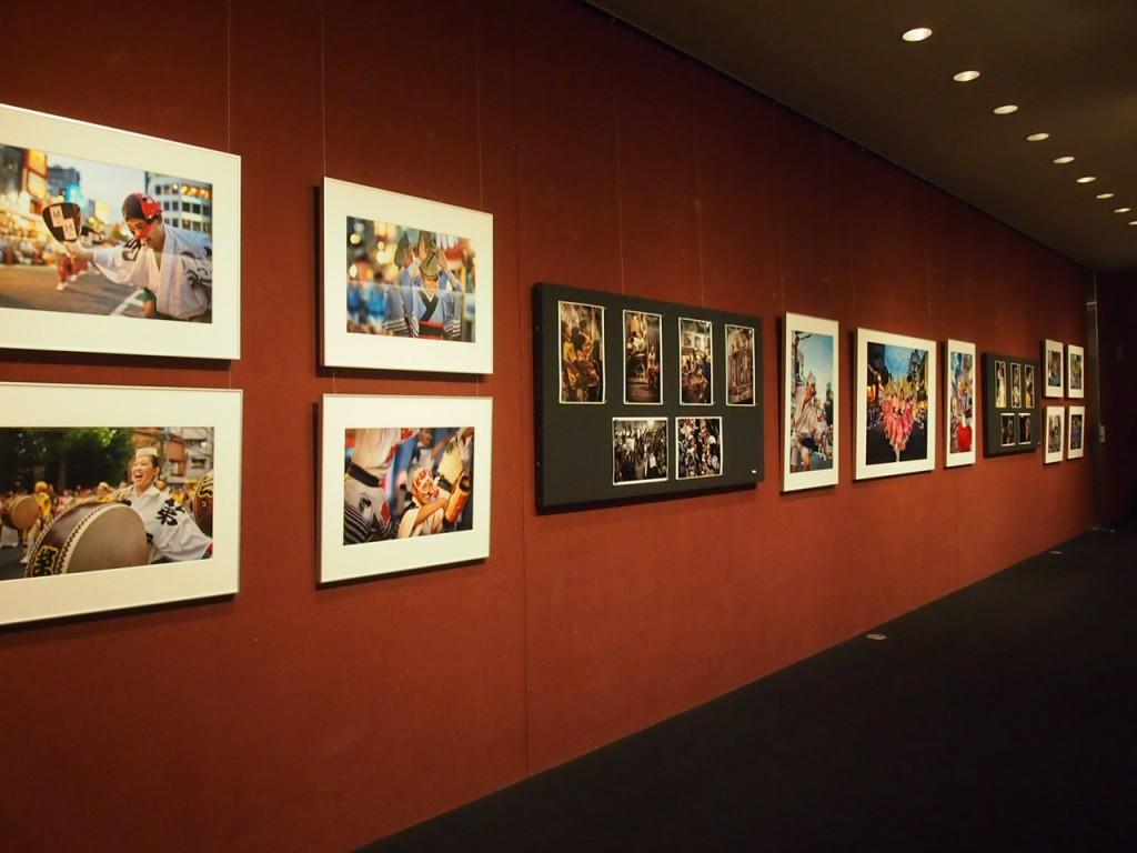 地下のホールでは阿波踊りの写真展時。