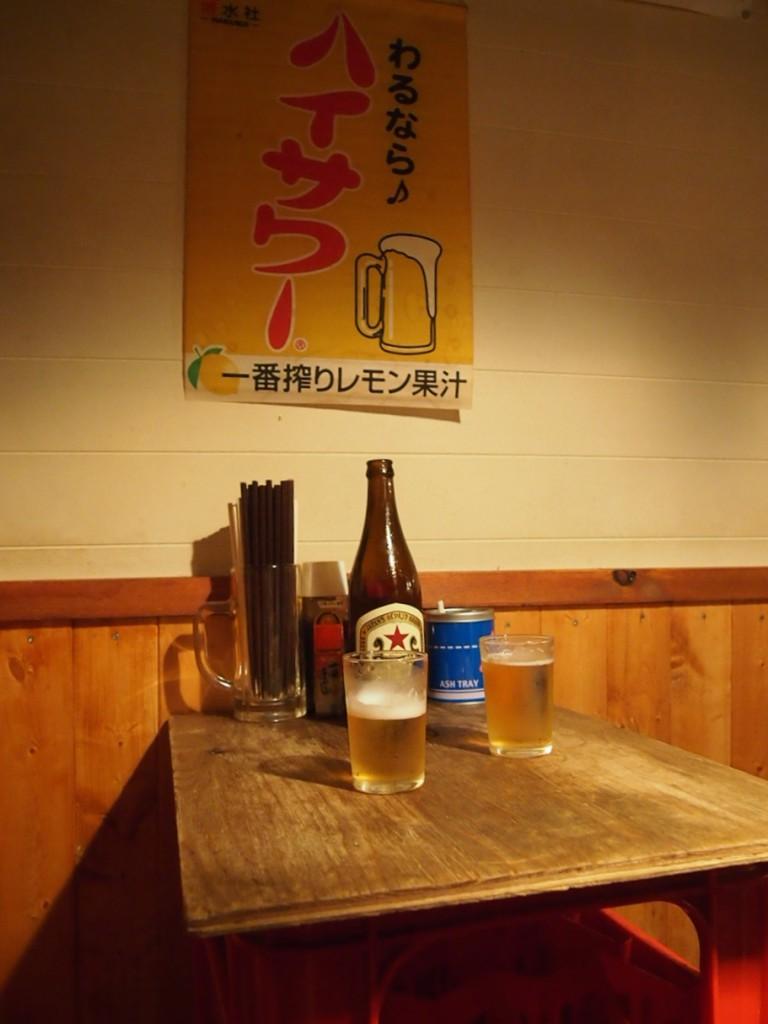 ビールケースを逆さにして作られたテーブル。