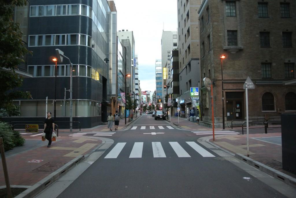 通りを一点透視で撮ってみました。やはり渋い。