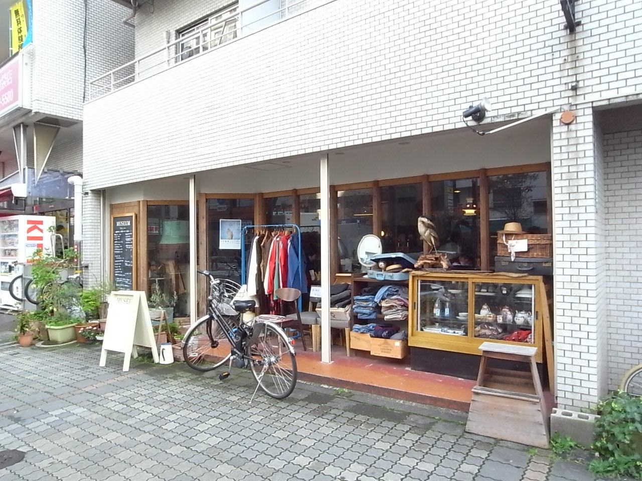 お洒落。店外にディスプレイされている古着、雑貨も購入可能。