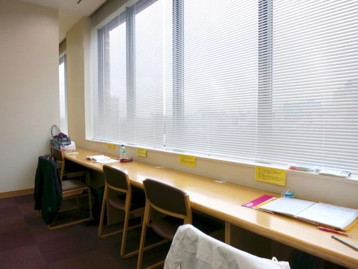 窓際に勉強机発見!そして、嬉しいコンセント付き。入り浸ってしまう。