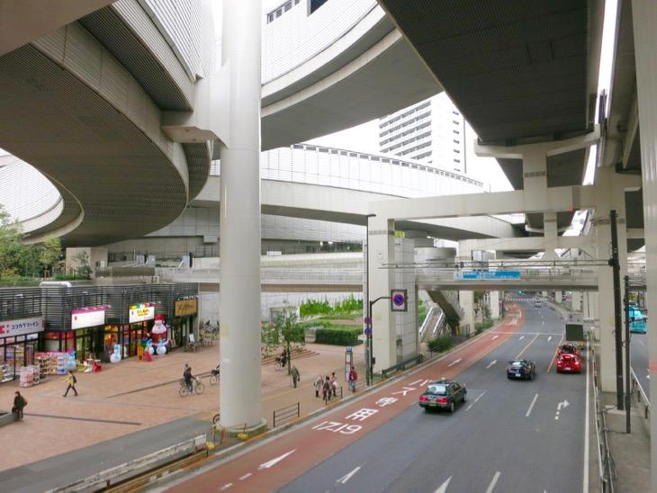 この巨大なコンクリートを支えていることがすごい。