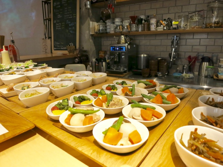 ランチタイムはメイン1品とお惣菜3品選べるタイプ。お野菜多めです。
