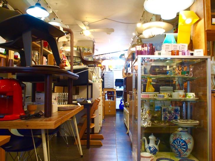 お店の中に家具や雑貨がギッシリ
