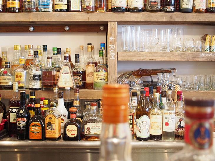 カウンターには、たくさんのお酒が並んでいます