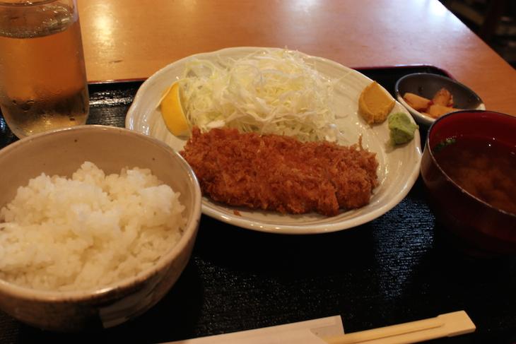ロースを頼みました。お味噌汁もたくあんも付いて1,000円なり。