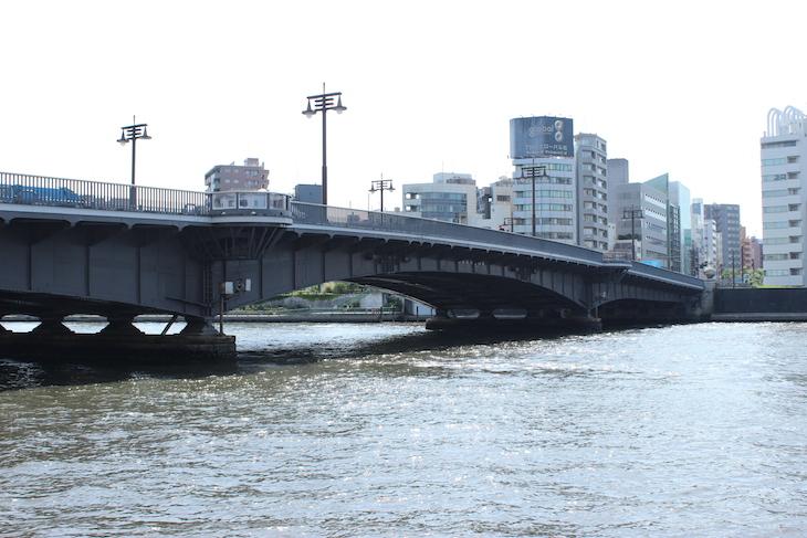 両国橋を降りて隅田川の傍を歩きます