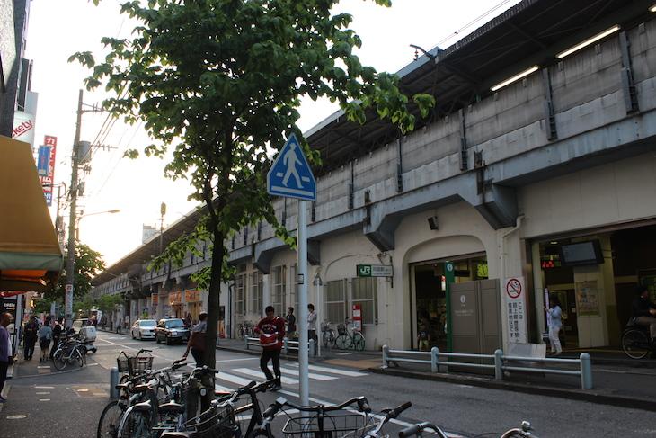 所狭しと並ぶ自転車と軒を連ねる飲食店が印象的