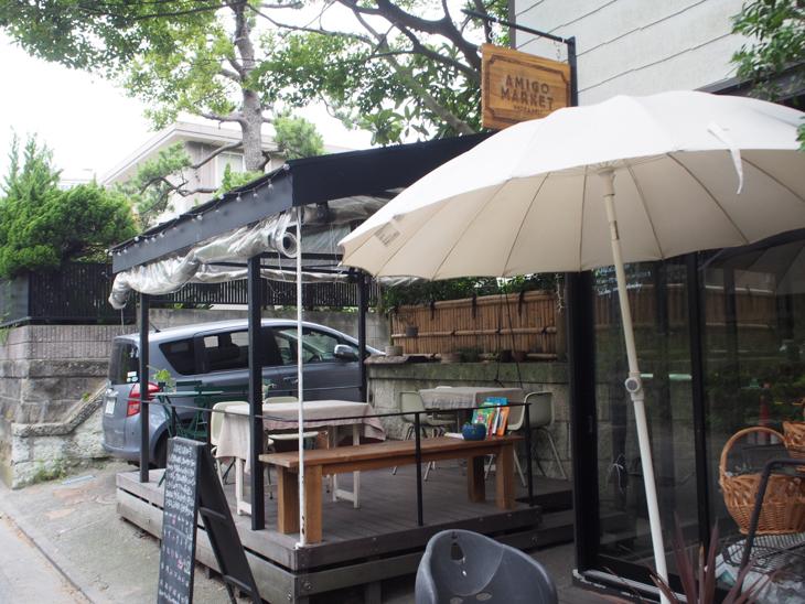 お隣のAMIGO MARKET。テラス席ではランチもカフェも。