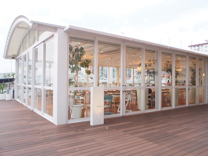 こちらがRon Herman Café。全面ガラス張りで店内からも海を感じられます。