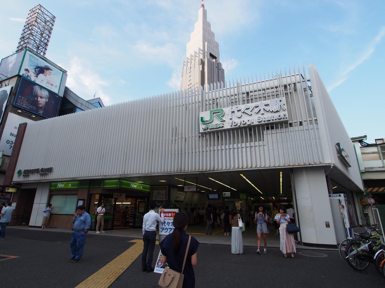 シンボルのDOCOMOタワーを見上げる駅舎