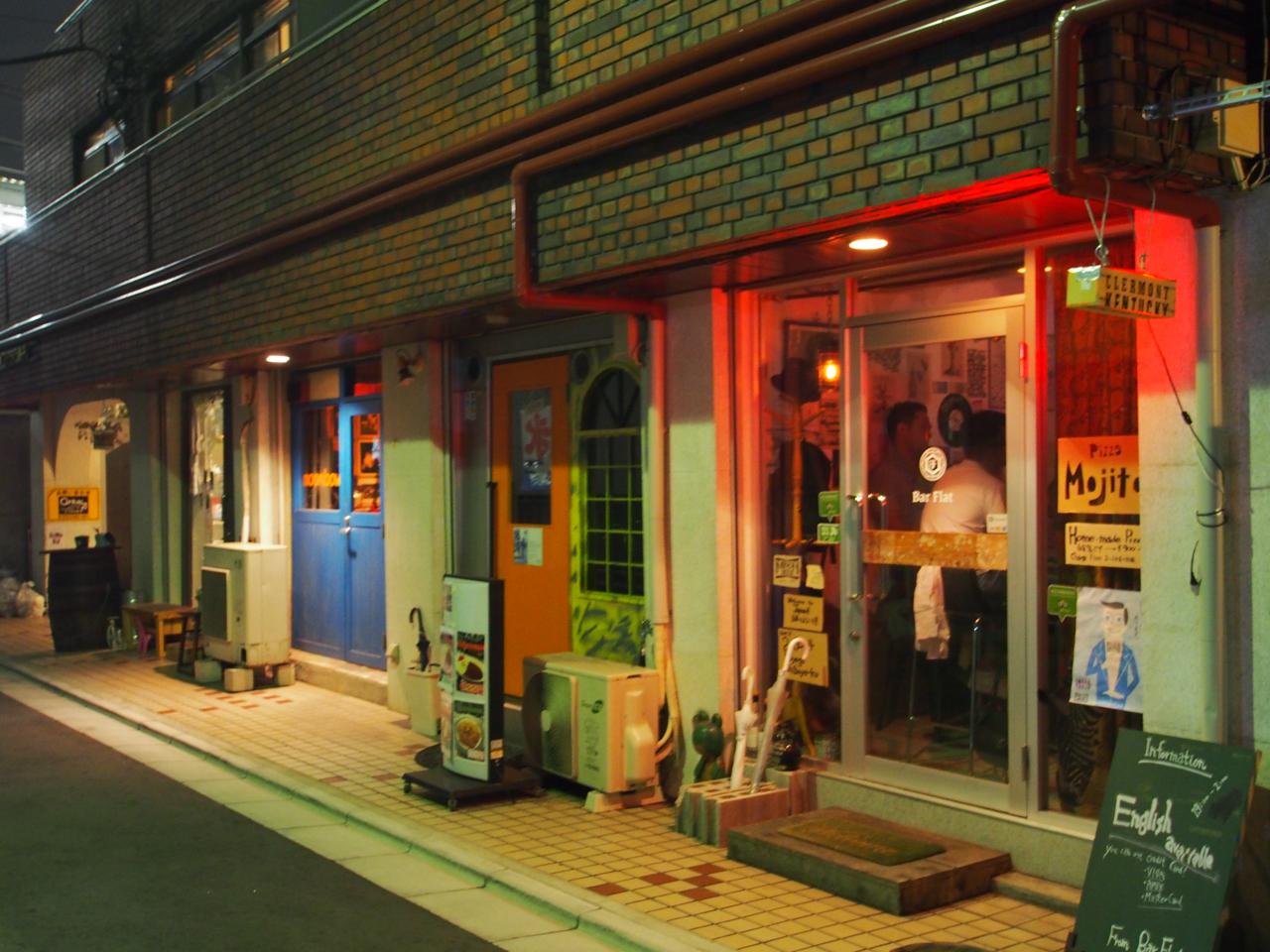南新宿駅近のヴィンテージマンション1階は個性豊かな4件のバーがひっそりと賑わいをみせる