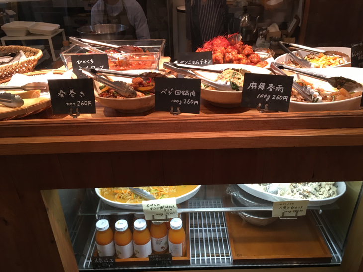 いろんな種類のお惣菜がショーケースに並びます