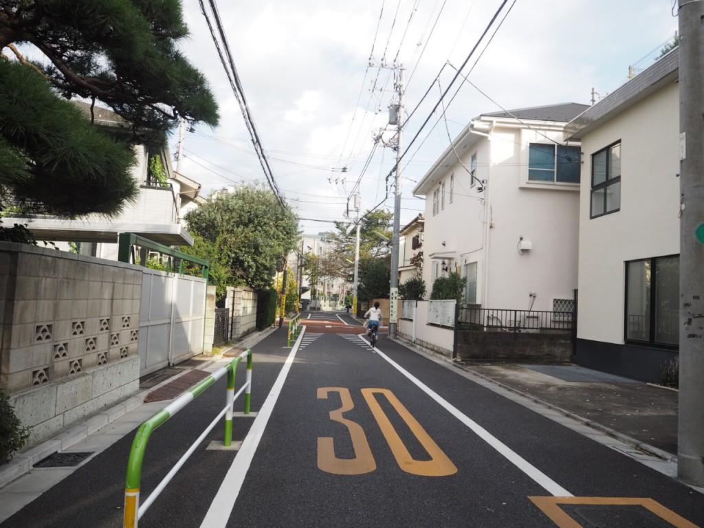 1歩道を曲がればこの静けさ 住環境抜群です
