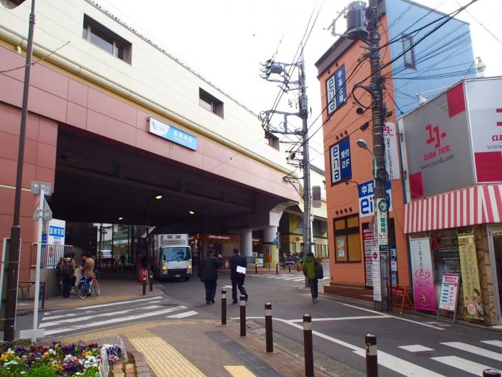 こちらが小田急線「豪徳寺」駅。右に曲がると世田谷線があります。