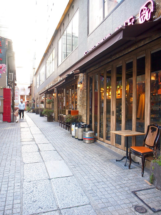 途中には中華屋さんやイタリアンのお店もありました。知らないと来れないわ、絶対。
