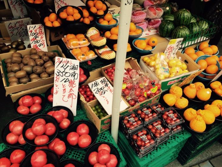 地元の野菜も並びます。
