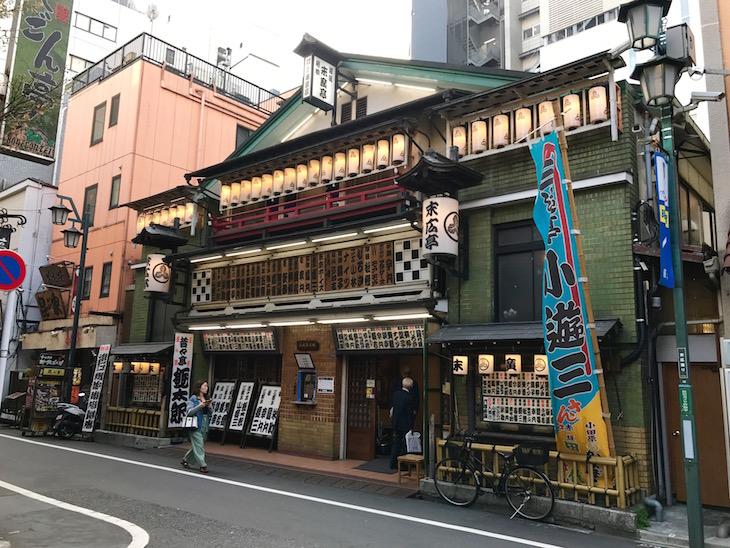 見るからに歴史ある建物。ドラマ「タイガー&ドラゴン」のロケ地でもあります。