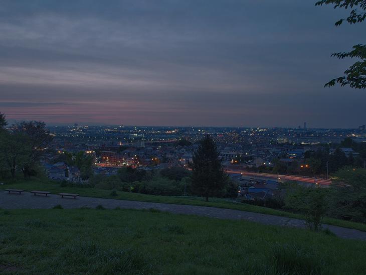 暗くなってくると、街の灯りがちらほら。