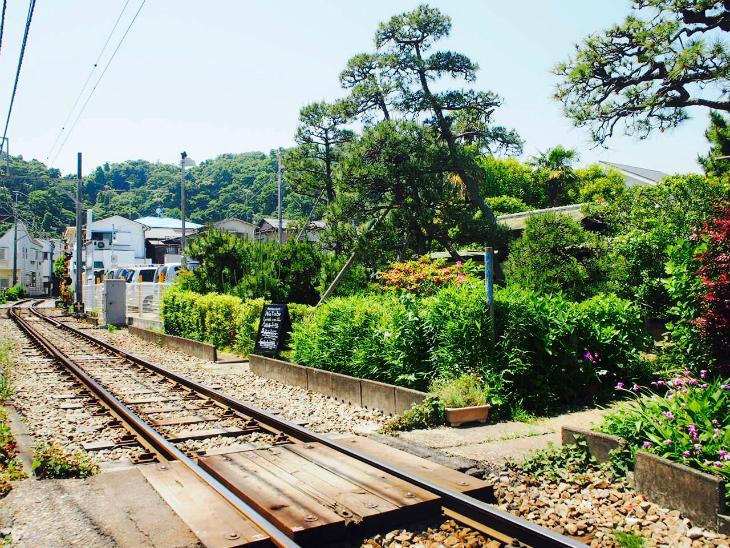 江ノ電沿いは線路を渡らないと行けないようなお店やお家がずらり。
