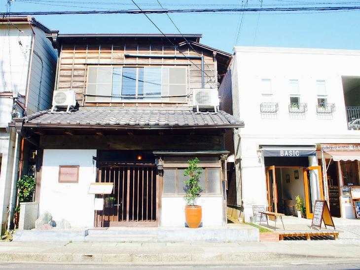 こういう古い建物を改装して営業しているお店やレストランがたくさんあります。