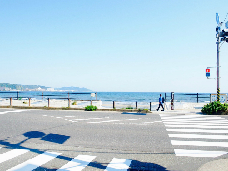 鎌倉の海も青い。