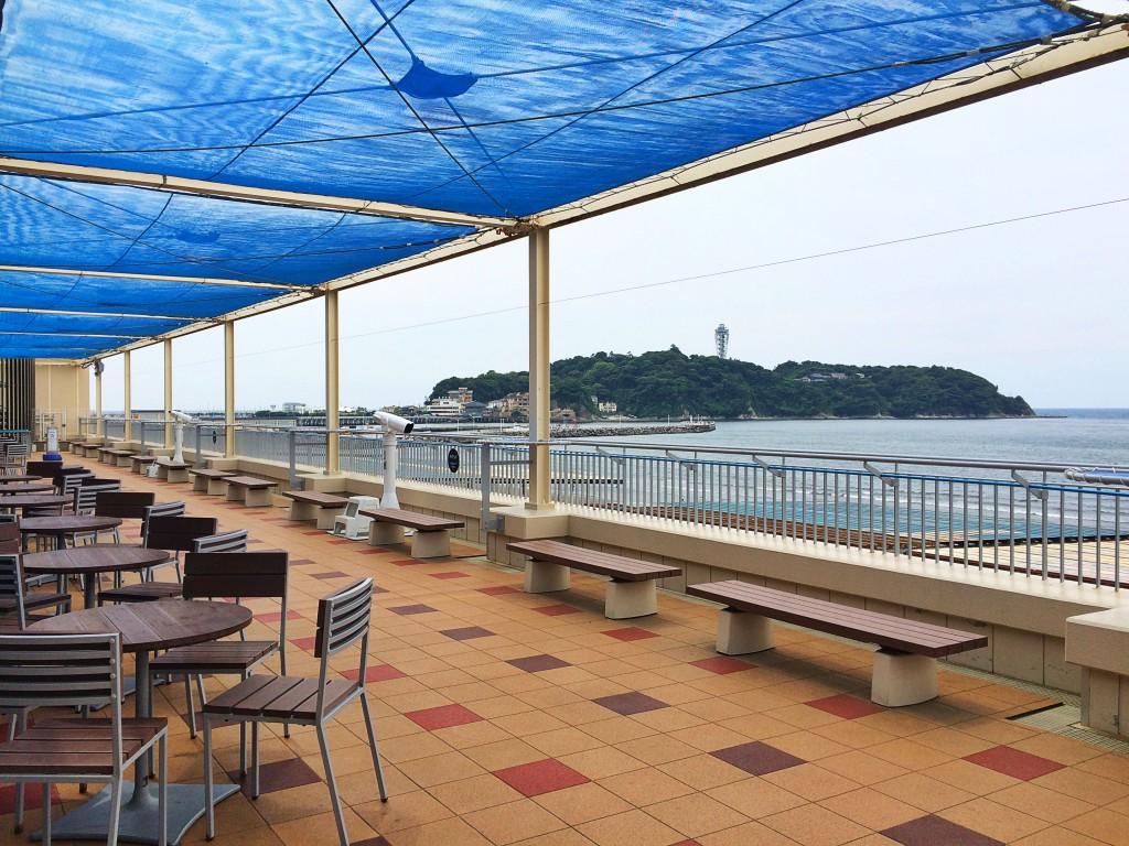 テラス席のあるカフェ