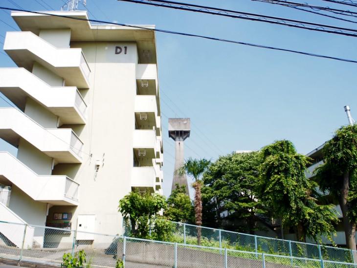奥に見える元石川郵政宿舎の古い給水塔が可愛い。