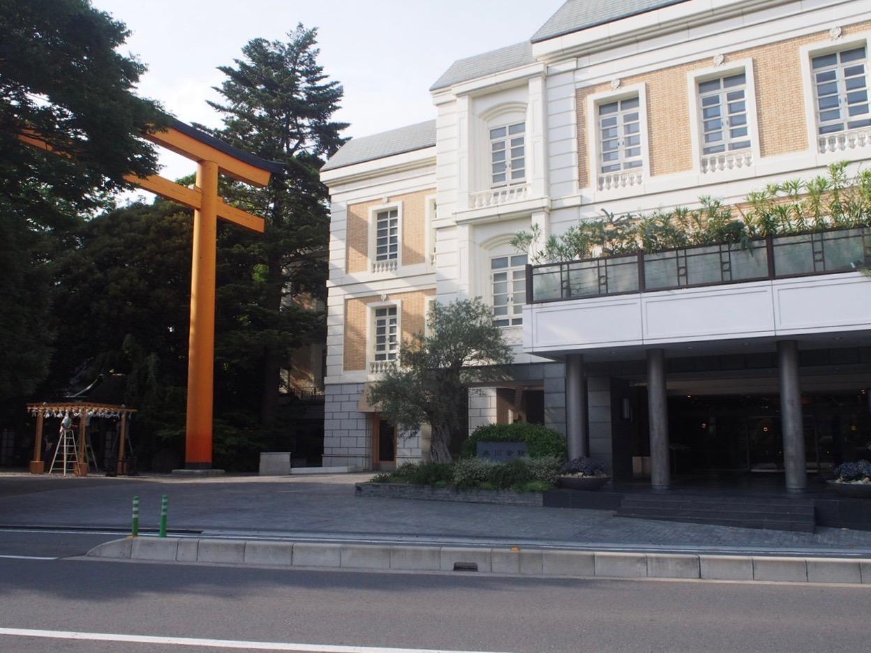 氷川神社の鳥居と氷川会館