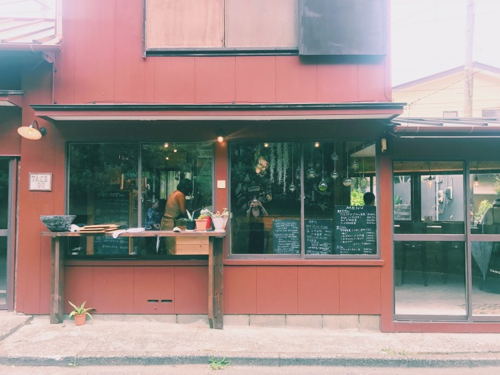 江ノ電線路脇の素敵なカフェ。
