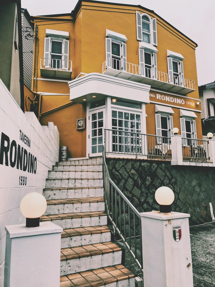 海沿いの黄色の建物が目印。