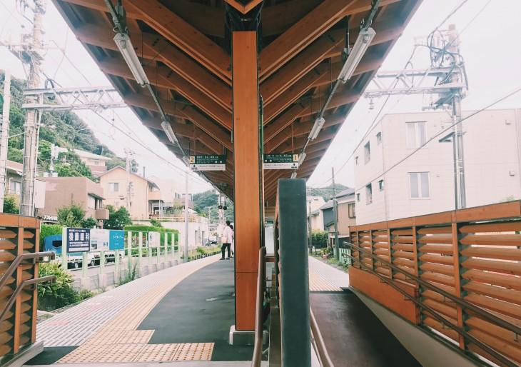 木の質感を活かしたおしゃれな駅舎。