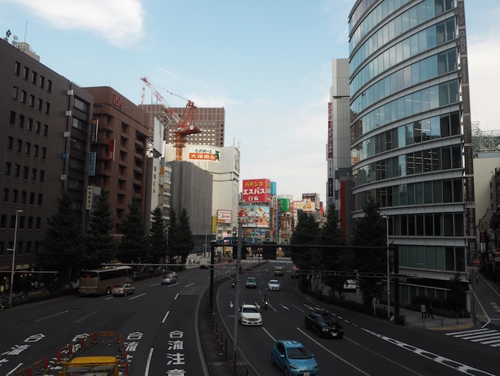 新宿歩道橋より。外国人観光客が写真を撮ってる姿が見受けられます。