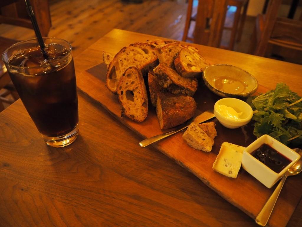 スペシャルパンセット、1101円(税別)、6,7種類のパンが乗っています。
